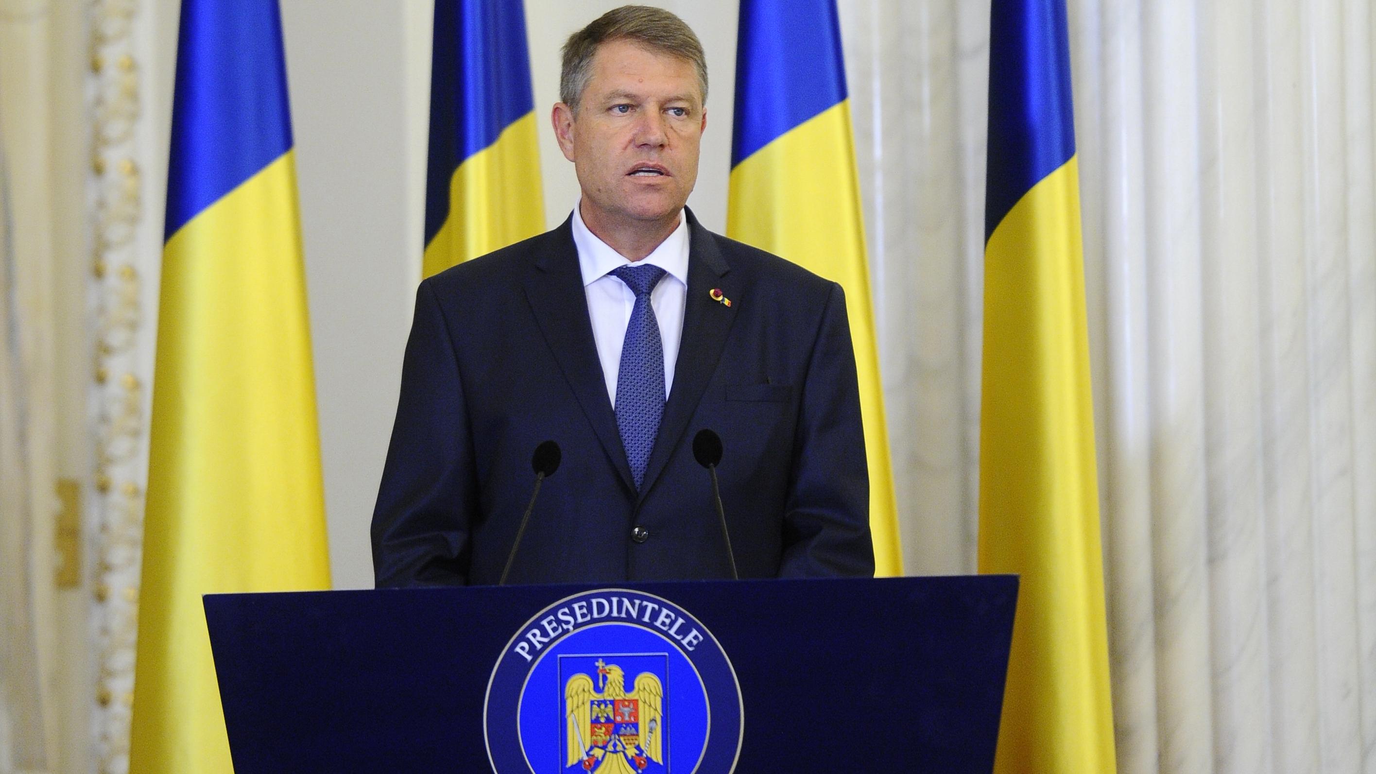Presedintele Iohannis trimite spre reexaminare legea care scuteste alesii locali de unele incompatibilitati