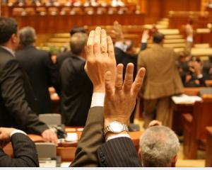 Legea pensiilor speciale pentru alesii locali a fost respinsa de deputati