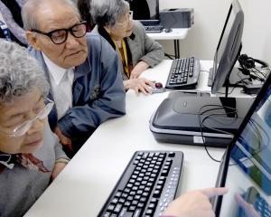 Varsta de pensionare egala pentru femei si barbati a fost aprobata de Camera Deputatilor