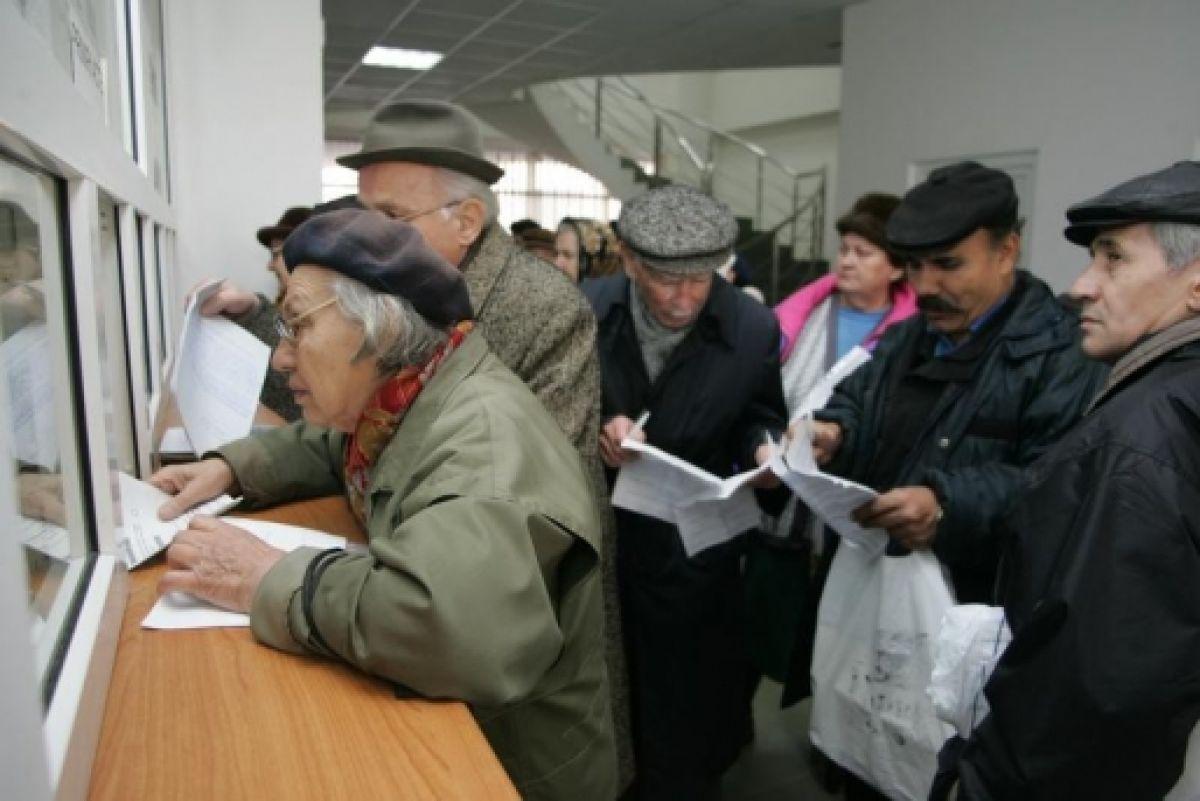 Functionarii publici ar putea lucra si dupa implinirea varstei standard de pensionare