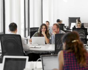 Salarii majorate cu 12% pentru angajatii Consiliului Judetean Olt