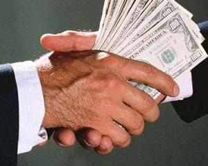 Salarii mai mari pentru primari, viceprimari si angajatii din primarii. Presedintele a promulgat legea