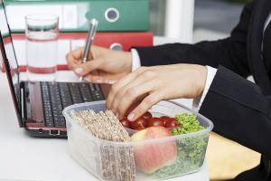 Norme SSM: alimentatia de protectie, in ce conditii angajatorii sunt obligati sa le ofere salariatilor aceasta facilitate