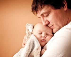 Concediu paternal platit: cine poate beneficia de zile libere