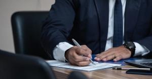 Institutia publica poate desfiinta o functie in timp ce contractul de munca e suspendat?
