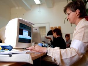 Functionarii publici. Mentinerea in activitate dupa indeplinirea conditiilor de pensionare, cum se va proceda?