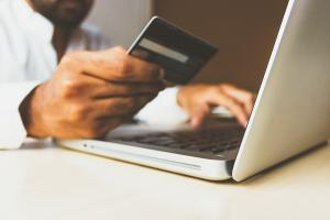 Institutiile publice ar putea fi obligate sa accepte plata online cu cardul