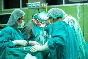 Medicii rezidenti vor avea salarii de 5.700 lei, conform draftului legii salarizarii
