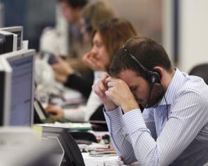 Angajatii care lucreaza in ture peste 8 ore/zi pot primi in plus carduri sau tichete de masa