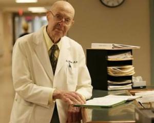 Medicii care ies la pensie isi vor putea continua activitatea in spitalele de stat si in cele private: ce conditii trebuie sa indeplineasca