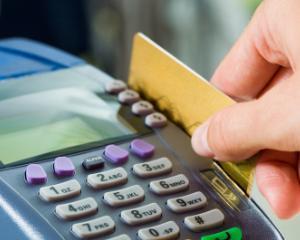 Institutiile publice sunt obligate sa accepte si plata cu cardul. Legea a fost promulgata