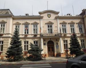Angajatii Primariei Radauti nu au mai primit salariile dupa ce primarul a fost arestat si Consiliul Local dizolvat