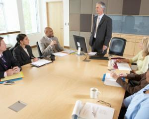 Reorganizarea institutiilor publice: desfiintarea posturilor si concedierile colective