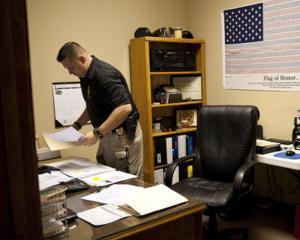 Mai multi angajati MAI, care fac munca de birou, au primit ilegal sporuri de risc