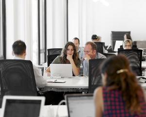 Cum se calculeaza majorarea salariala daca angajatul atinge un nou prag de vechime?